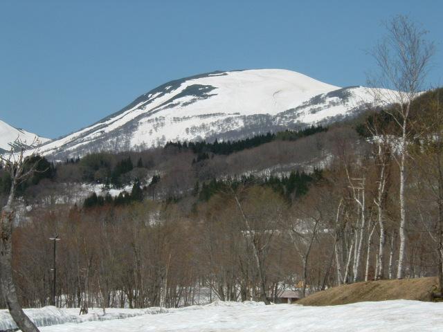 山頂に雪が残る月山